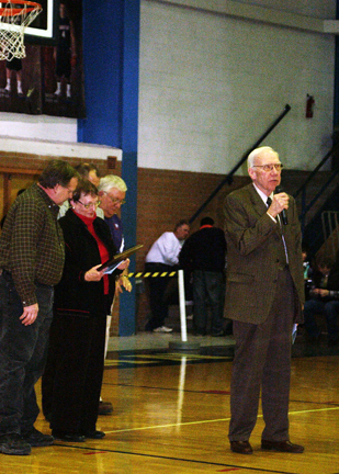 Ralph Titus, accompanied by Mary Ellen Titus and Ed Albrandt, accepts the Ken Davis Wall of Fame plaque.